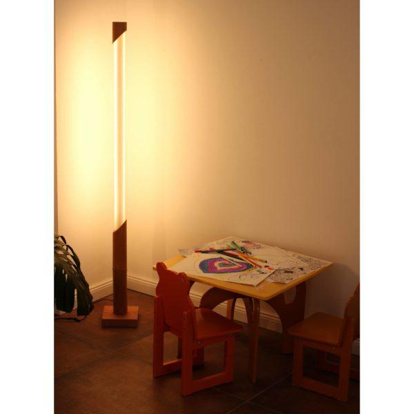 Tageslichtlampe aus Bambus und Holz im Kinderzimmer