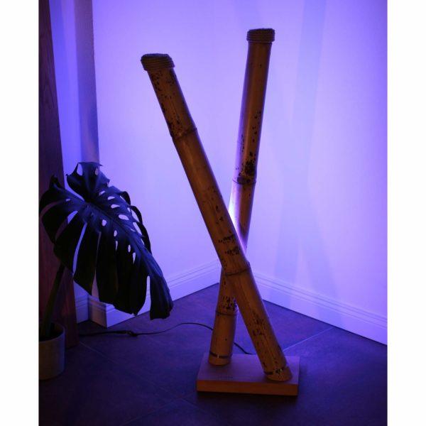 Stehlampe aus Bambus mit farbigem Licht